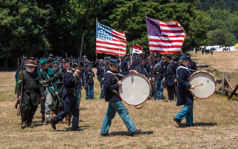 Duncan Mills, Calif/Juli 14, 2012: Mensen maart in Unie Leger Uni stock foto's