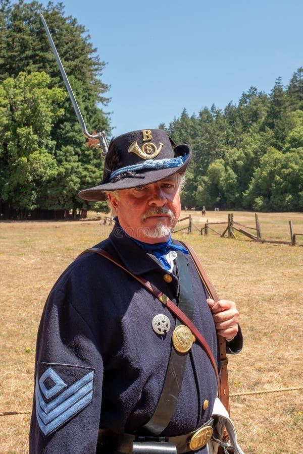Duncan Mills, Californi?, 15 Juli, 2018: Een mens die het deel van trotse kijkende militair van het Unie Leger spelen tijdens het stock afbeelding