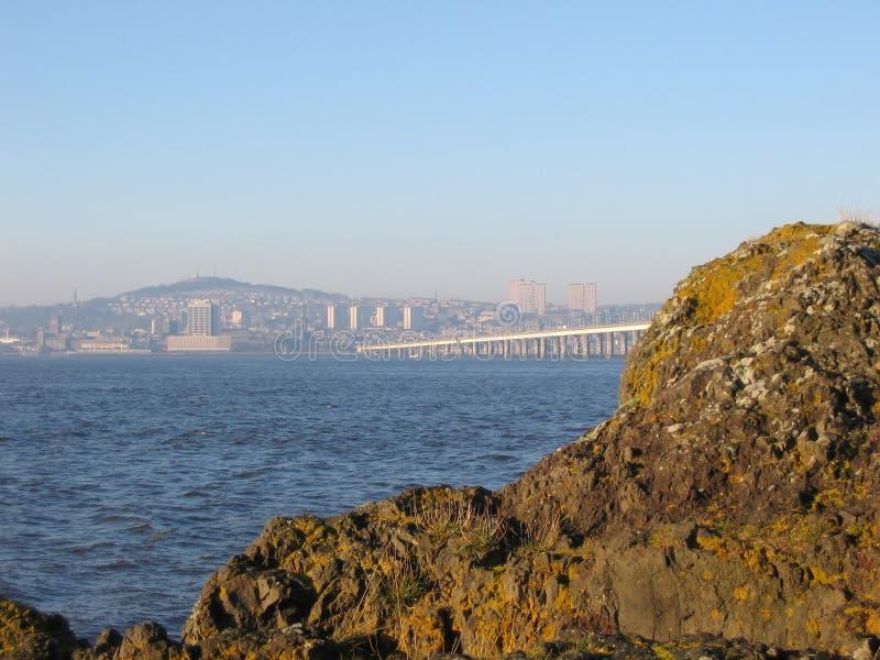 Dundee e ponte da estrada de Tay, Scotland imagem de stock royalty free