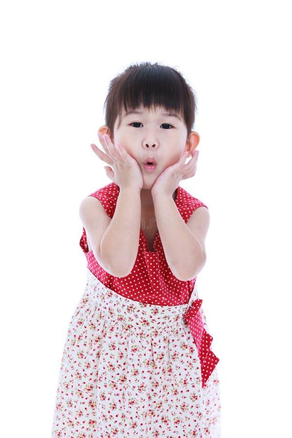 dundersuccé Stående av en älskvärd liten asiatisk flicka som rymmer hennes mun op arkivfoton