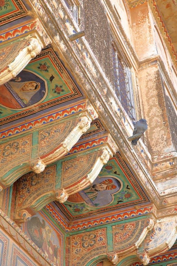 DUNDLOD RAJASTHAN, INDIEN - DECEMBER 27, 2017: detaljer av yttre fasader av Haveli med färgrika målningar fotografering för bildbyråer