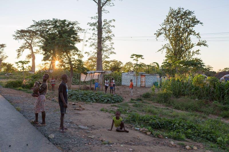 DUNDO/ANGOLA - 4 Ιουνίου 2015 - αφρικανικό αγροτικό χωριό σε ένα μακρινό π στοκ φωτογραφίες