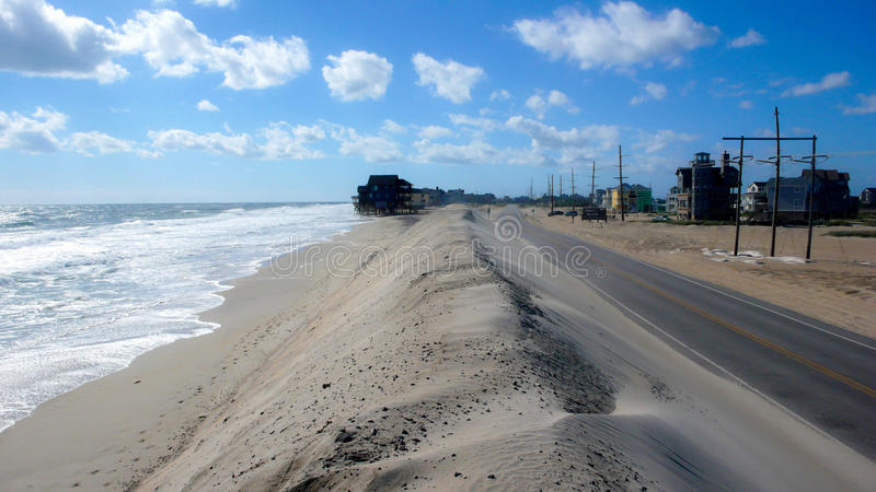 Dune de route et de sable aux banques externes image stock