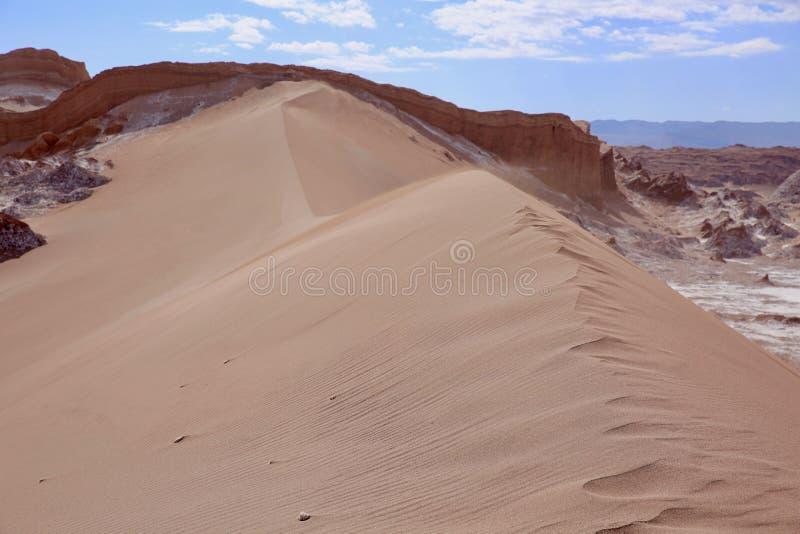 Dune de sable énorme et Vent-balayée dans le désert d'Atacama du Chili image stock