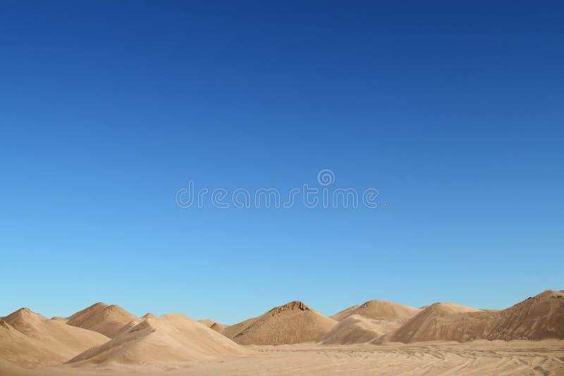 Dune de sable avec un fond bleu de nature images libres de droits