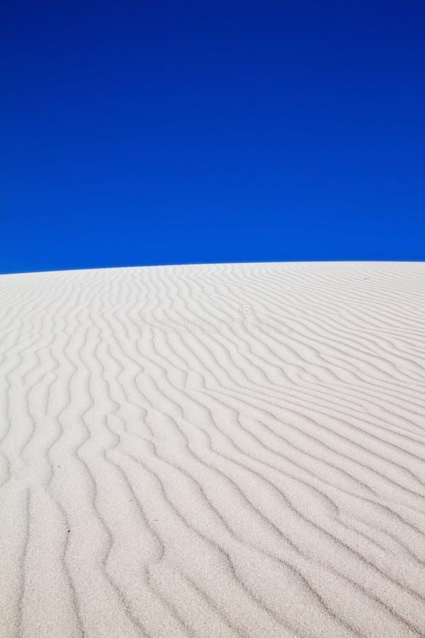 Dune de sable blanche avec des configurations de vent photographie stock