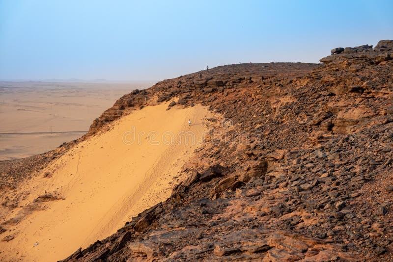 Dune de sable du côté ouest de la montagne sainte Jebel Bakal au Soudan photo libre de droits