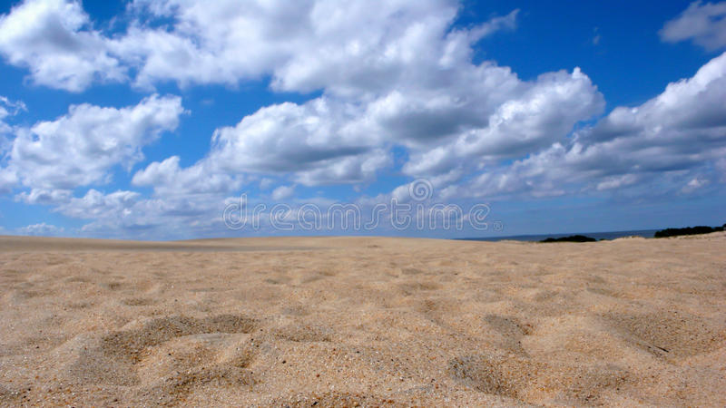 Dune de sable et ciel bleu avec des nuages images libres de droits