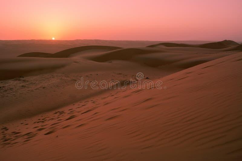 Dune del deserto della sabbia di Wahiba all'alba fotografia stock