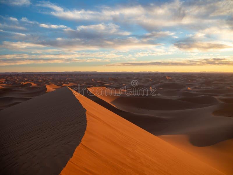 Dune di sabbia in Marocco, paesaggi deserti, trama di sabbia, campo turistico per un soggiorno notturno, panorama panorama del tr fotografia stock