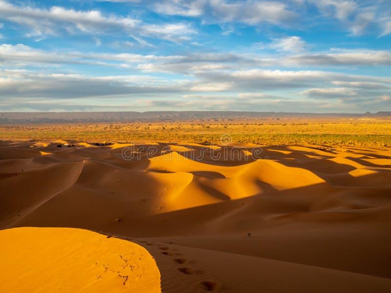 Dune di sabbia in Marocco, paesaggi deserti, trama di sabbia, campo turistico per un soggiorno notturno, panorama panorama del tr fotografie stock libere da diritti