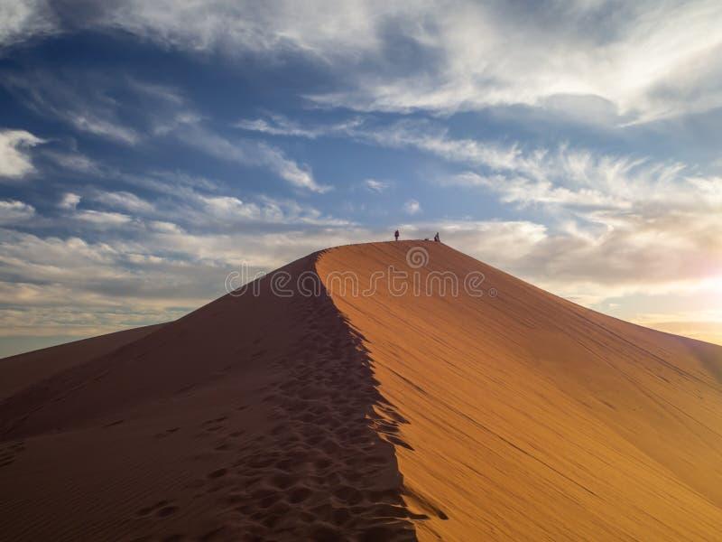 Dune di sabbia in Marocco, paesaggi deserti, trama di sabbia, campo turistico per un soggiorno notturno, panorama panorama del tr immagine stock