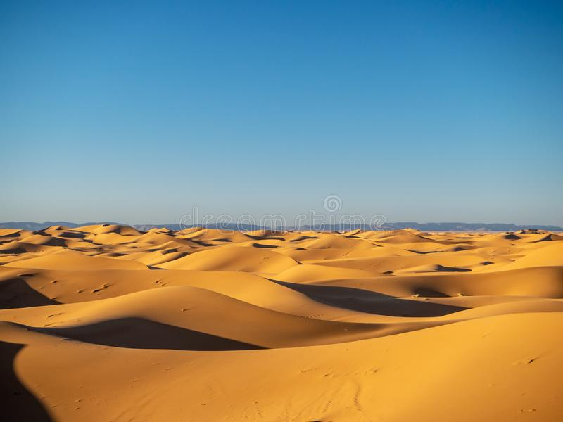 Dune di sabbia in Marocco, paesaggi deserti, trama di sabbia, campo turistico per un soggiorno notturno, panorama panorama del tr immagini stock