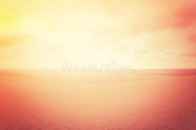 Dune di sabbia nebbiose nell'incandescenza rossa fotografia stock