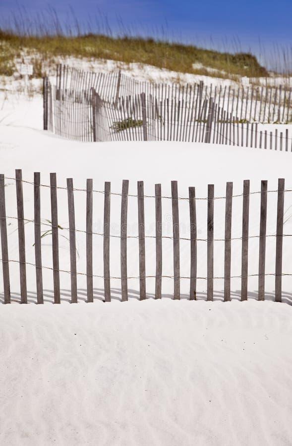 Dune e recinto di sabbia alla spiaggia fotografia stock