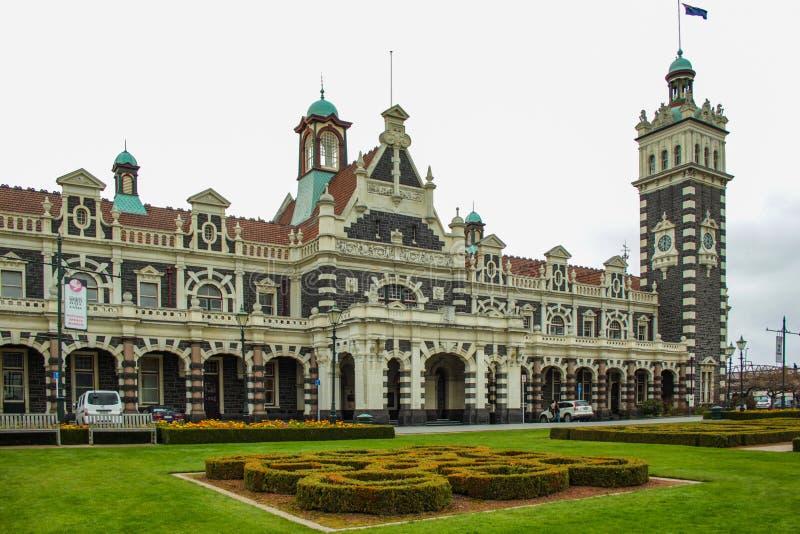 Dunedin, Nueva Zelanda - 24 de septiembre de 2016: edificio famoso del ferrocarril en Dunedin Otago en un día nublado fotos de archivo