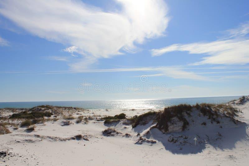 Dunes chaudes de jour ensoleillé sur Shell Island, la Floride images stock