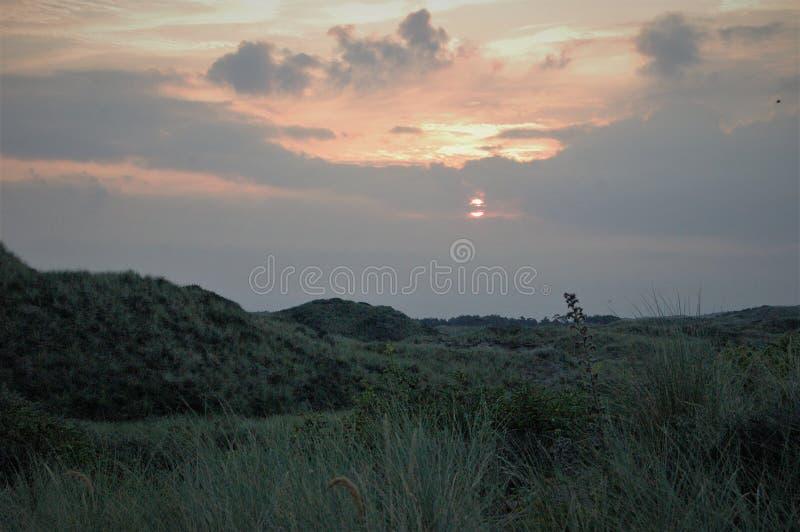 Dunes de ciel nuageux de lever de soleil image libre de droits