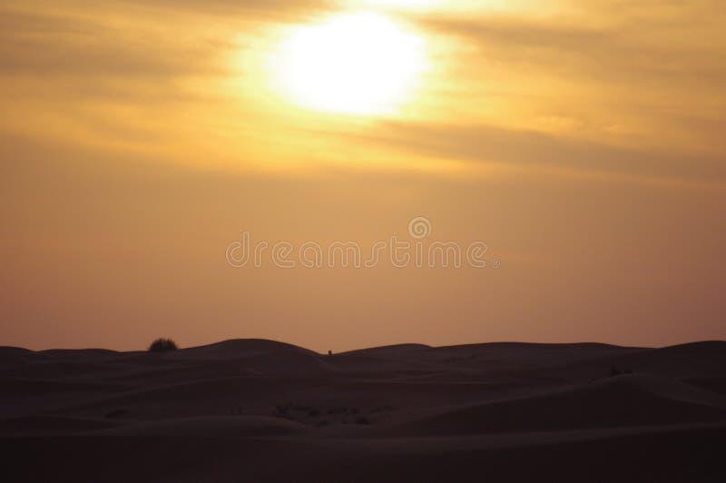 Dunes de désert au coucher du soleil avec le nuage photo libre de droits