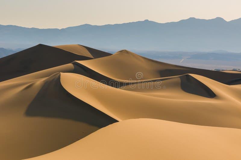 Dunes de sable au-dessus de ciel de lever de soleil image stock