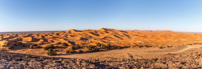 Dunes de sable au panorama de Chebbi d'erg photos stock