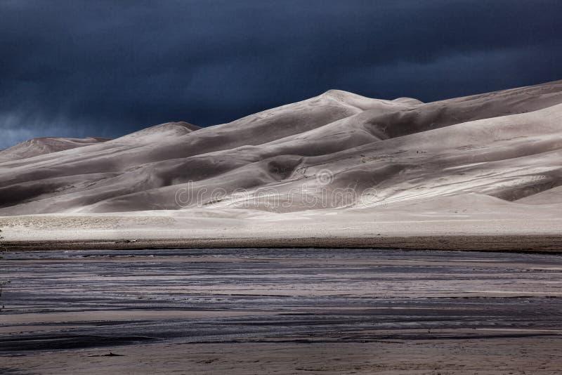 Dunes de sable avec la tempête de approche photographie stock libre de droits