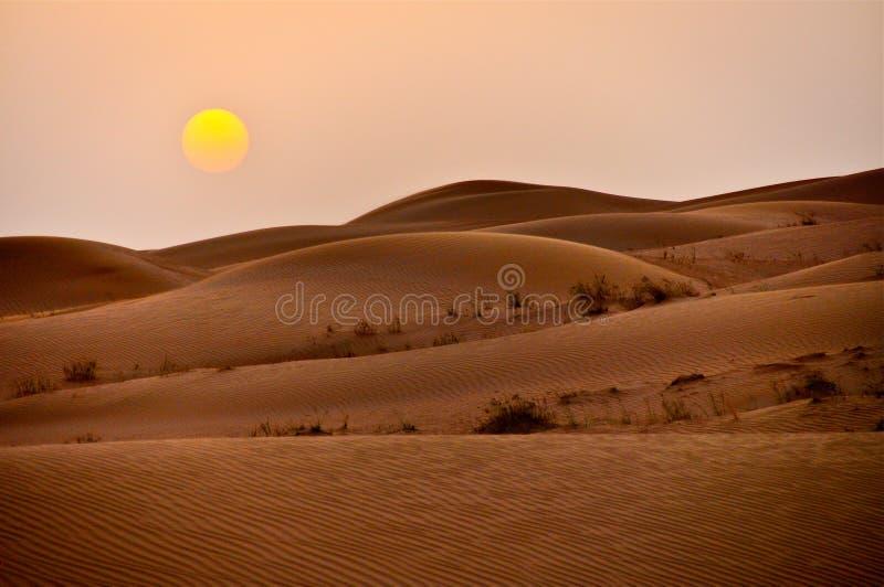 Dunes de sable de désert de Dubaï de coucher du soleil images stock