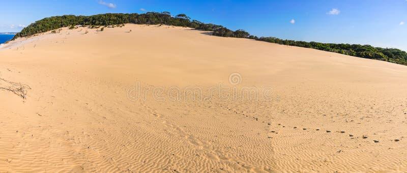 Dunes de sable en plage d'arc-en-ciel, Australie images libres de droits