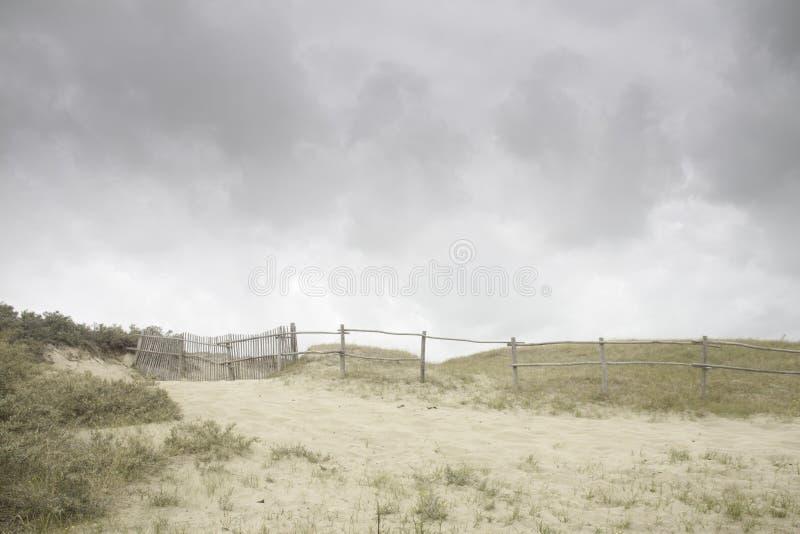Dunes de sable et cieux nuageux photo stock