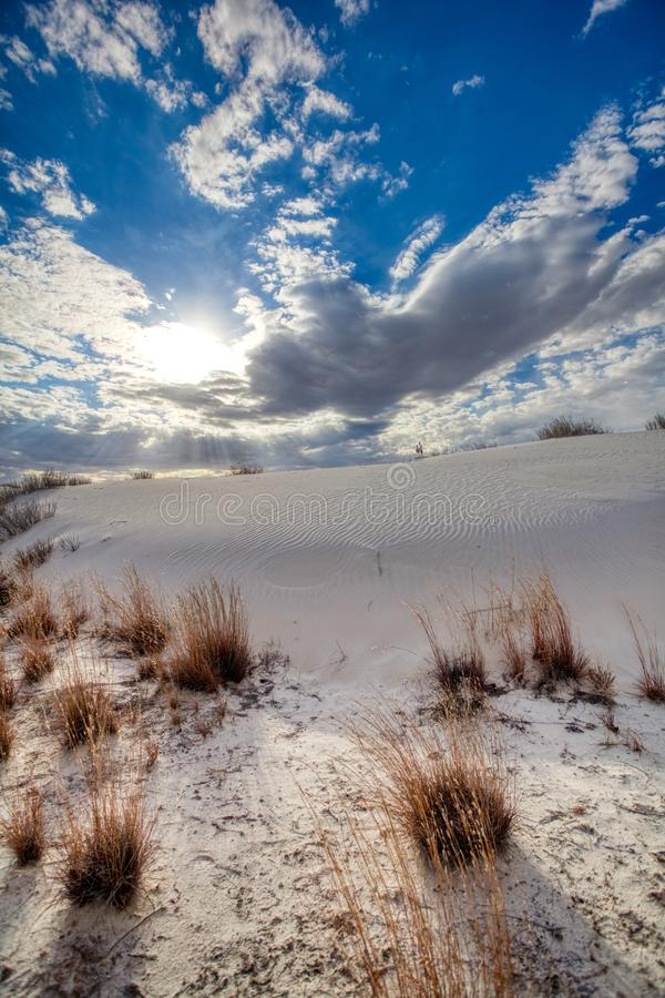 Dunes de sable grandes et cieux bleus au monument blanc de sables images libres de droits