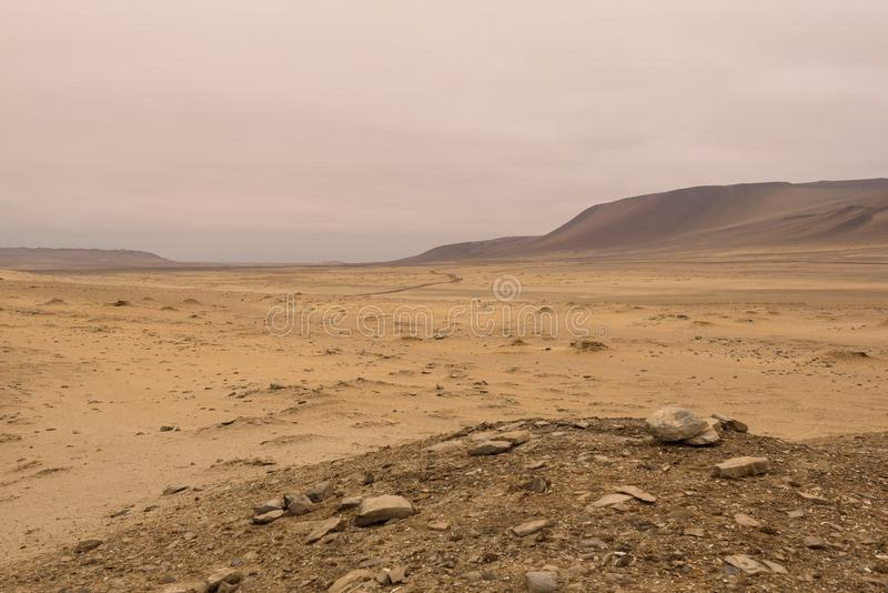 Dunes de sable jaune et montagnes rouges dans le désert de la réserve nationale de Paracas images libres de droits