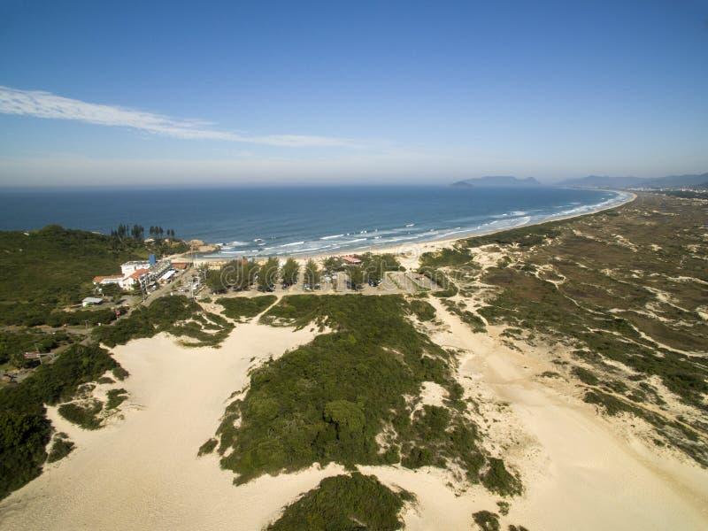 Dunes de vue aérienne dans le jour ensoleillé - plage de Joaquina - Florianopolis - Santa Catarina - le Brésil Juillet 2017 photographie stock