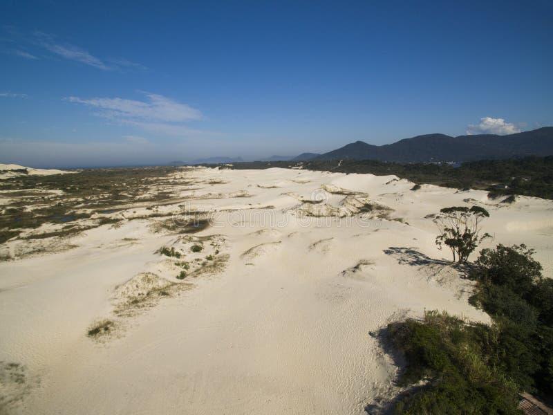Dunes de vue aérienne dans le jour ensoleillé - plage de Joaquina - Florianopolis - Santa Catarina - le Brésil Juillet 2017 photos libres de droits