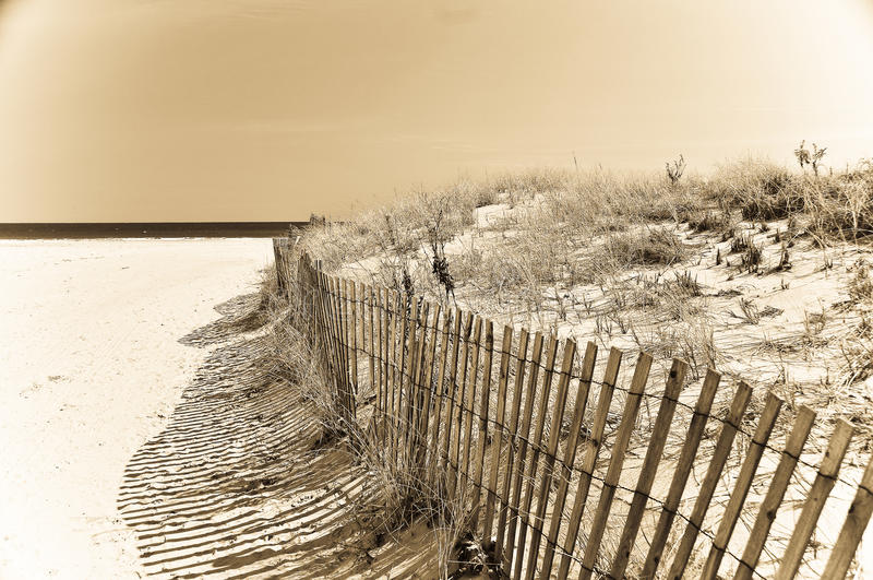 Barrière de tempête de plage photographie stock