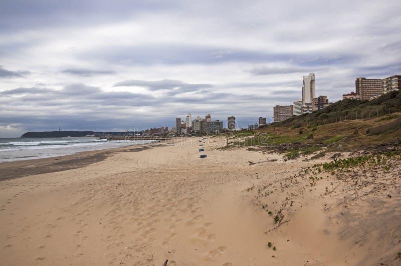 dunes et v g tation de sable vides de plage contre l 39 horizon de ville photo stock image du. Black Bedroom Furniture Sets. Home Design Ideas