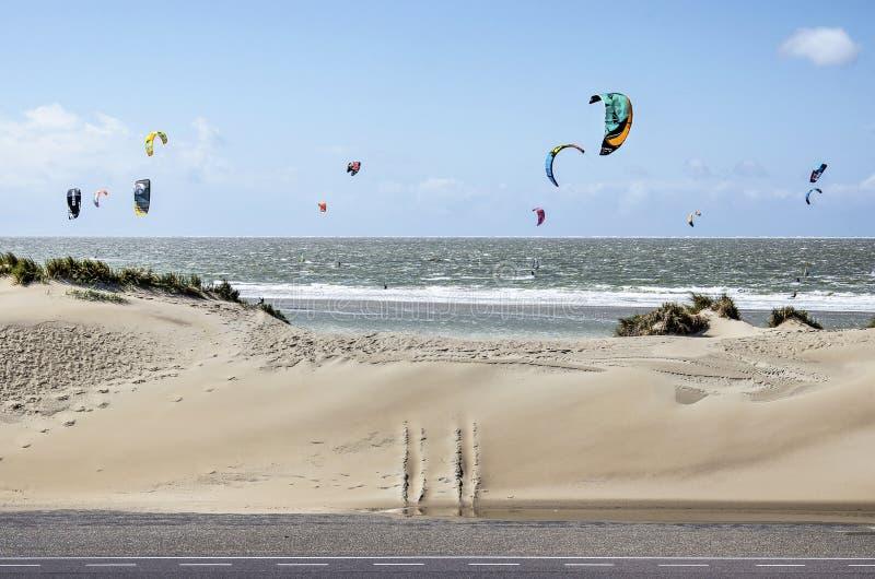 Dunes, mer et cerfs-volants photos libres de droits