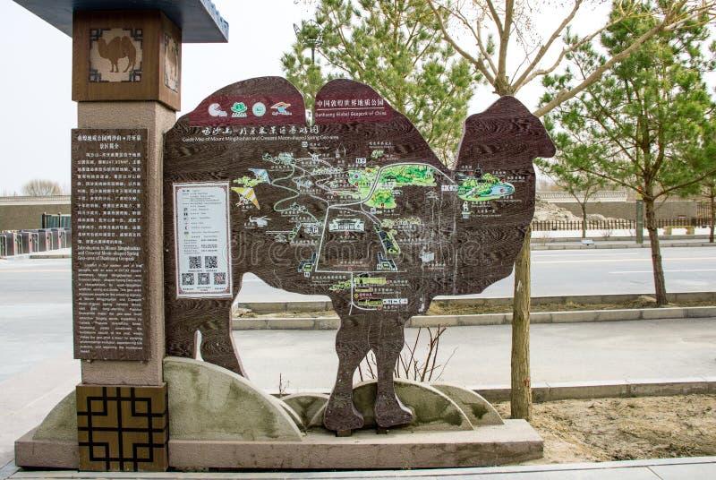 DUNHUANG, CHINE 11 MARS : Guidez la carte de Mingshashan, la forme o de chameau photos stock