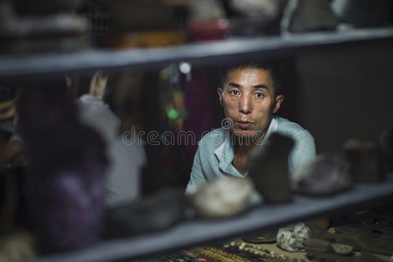Dunhuang, Chiny - 08 06 2016: Chińczyka rzemieślnika sprzedawania pamiątki przy Shazhou rynkiem, noc rynek w Dunhuang obrazy royalty free