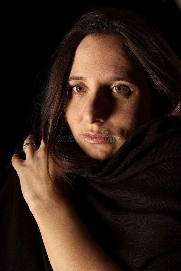 Dunkdark-behaartes Frauenportrait lizenzfreies stockbild