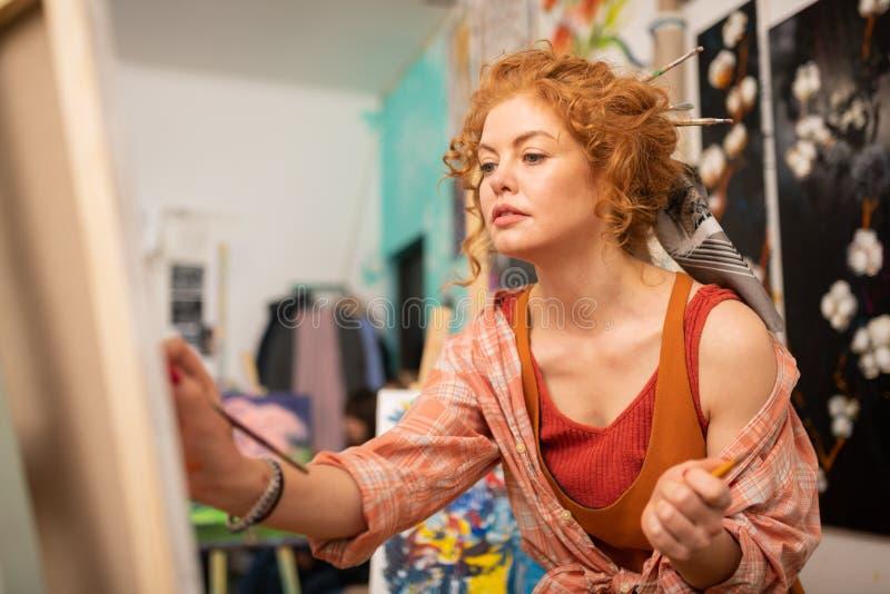 Dunkeläugiger Künstler mit messingartiger Haarmalerei am Wochenende lizenzfreie stockfotos