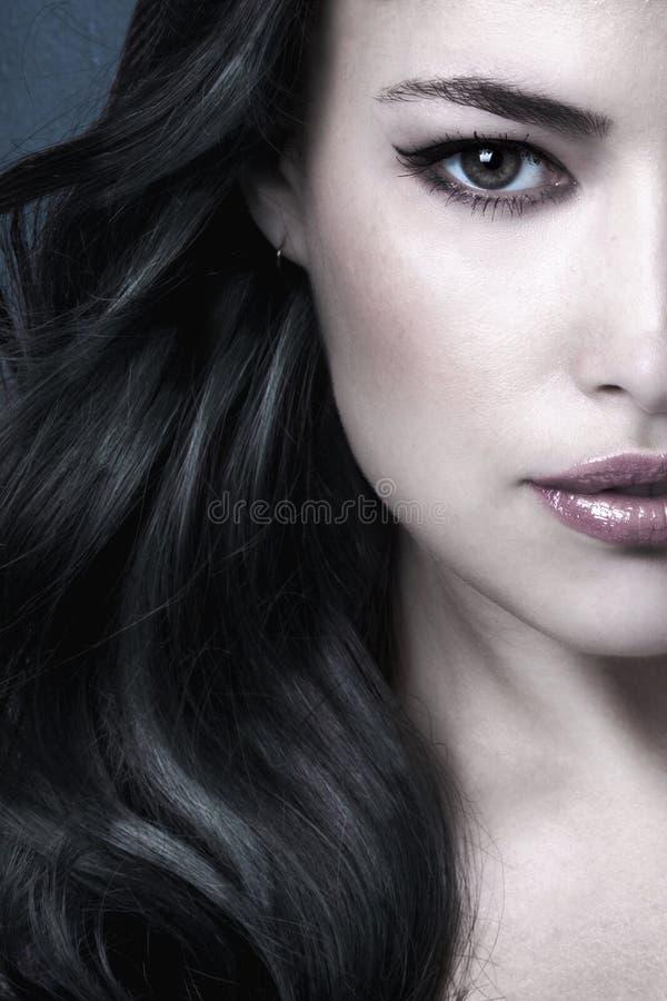 Dunkel-lange Haar Schönheit Frau Portrait halbe Gesicht lizenzfreie stockfotos