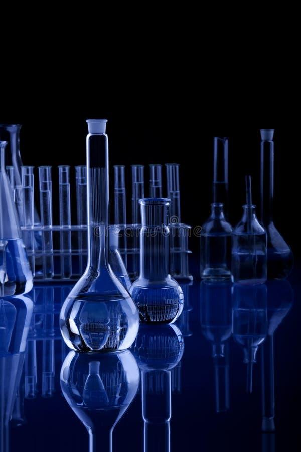 Dunkelblaue Labolatory Glaswaren stockfoto