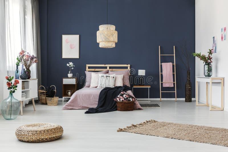 Dunkelblaue Wand im Schlafzimmer lizenzfreies stockfoto