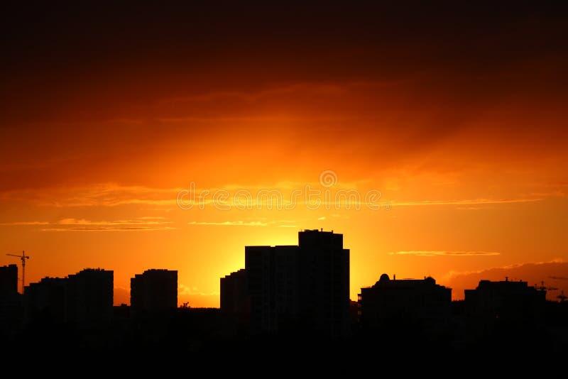 Dunkelblaue Wolke mit Mitternachtsglättungszeit des weißen hellen Himmelhintergrundes und des Stadtlichtes lizenzfreie stockfotos