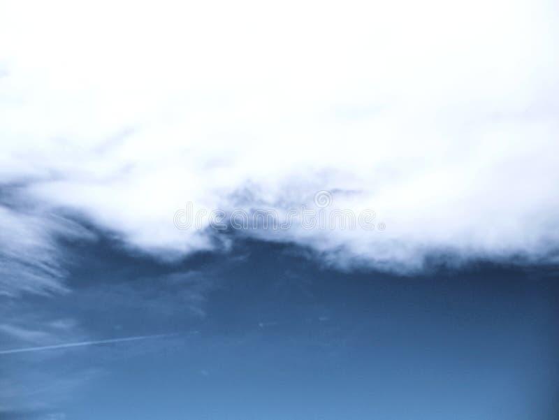 Dunkelblauer Himmel mit den sauberen weißen Wolken perfekt für Websitefahnen und Hintergrund lizenzfreie stockfotos