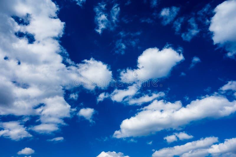 Dunkelblauer Himmel mit Wolken als Hintergrund lizenzfreie stockfotografie