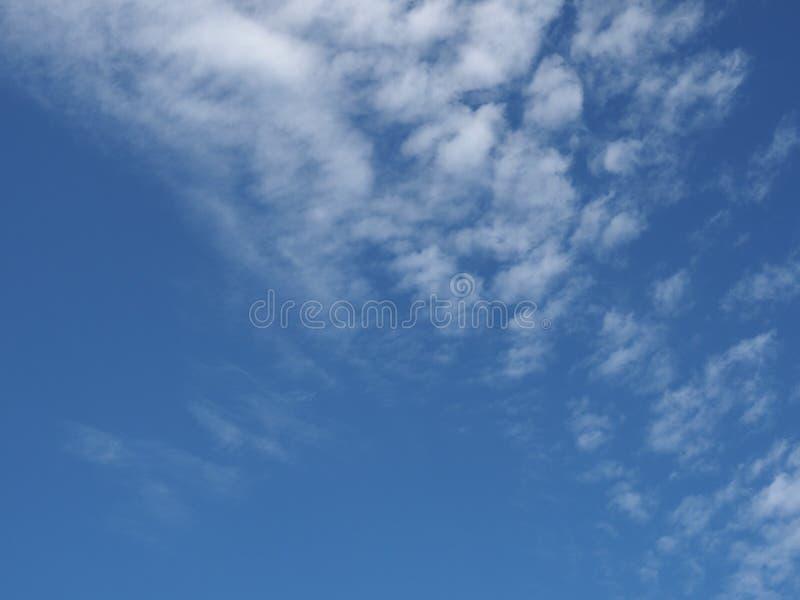 dunkelblauer Himmel mit Wolkenhintergrund lizenzfreie stockbilder