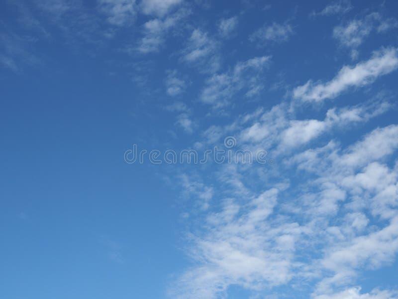 dunkelblauer Himmel mit Wolkenhintergrund stockbild
