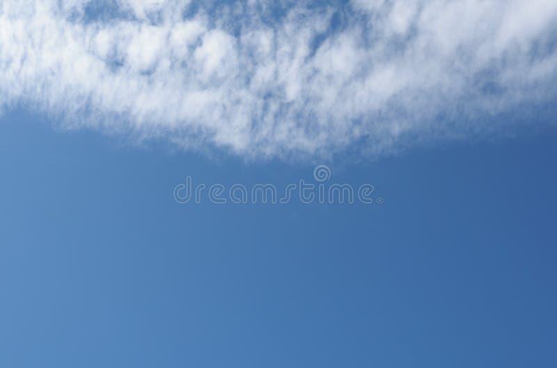 dunkelblauer Himmel mit Wolkenhintergrund lizenzfreies stockfoto