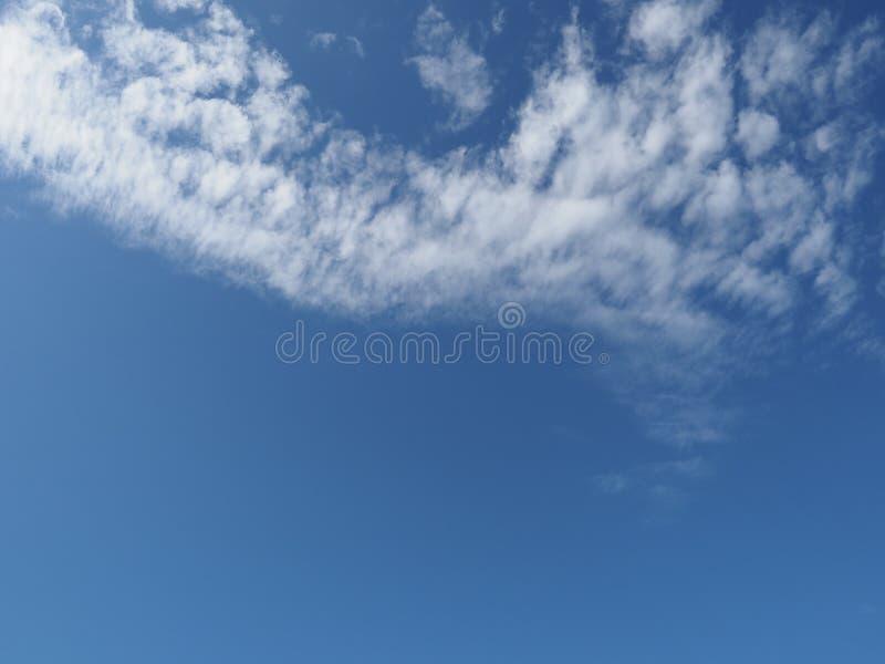 dunkelblauer Himmel mit Wolkenhintergrund lizenzfreie stockfotografie